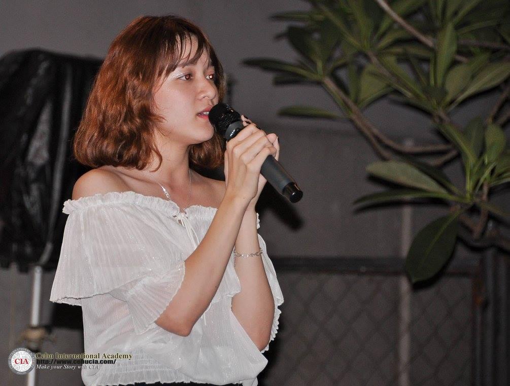 Đại diện từ Việt Nam Hoàng An (Julie) tham gia tiết mục hát