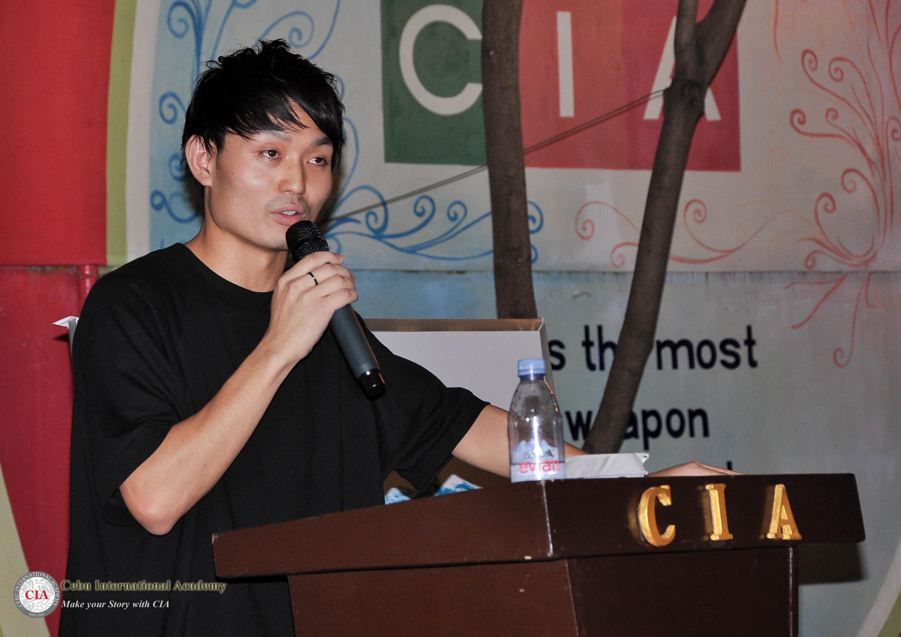 Đại diện học viên đến từ Nhật Bản lên phát biểu