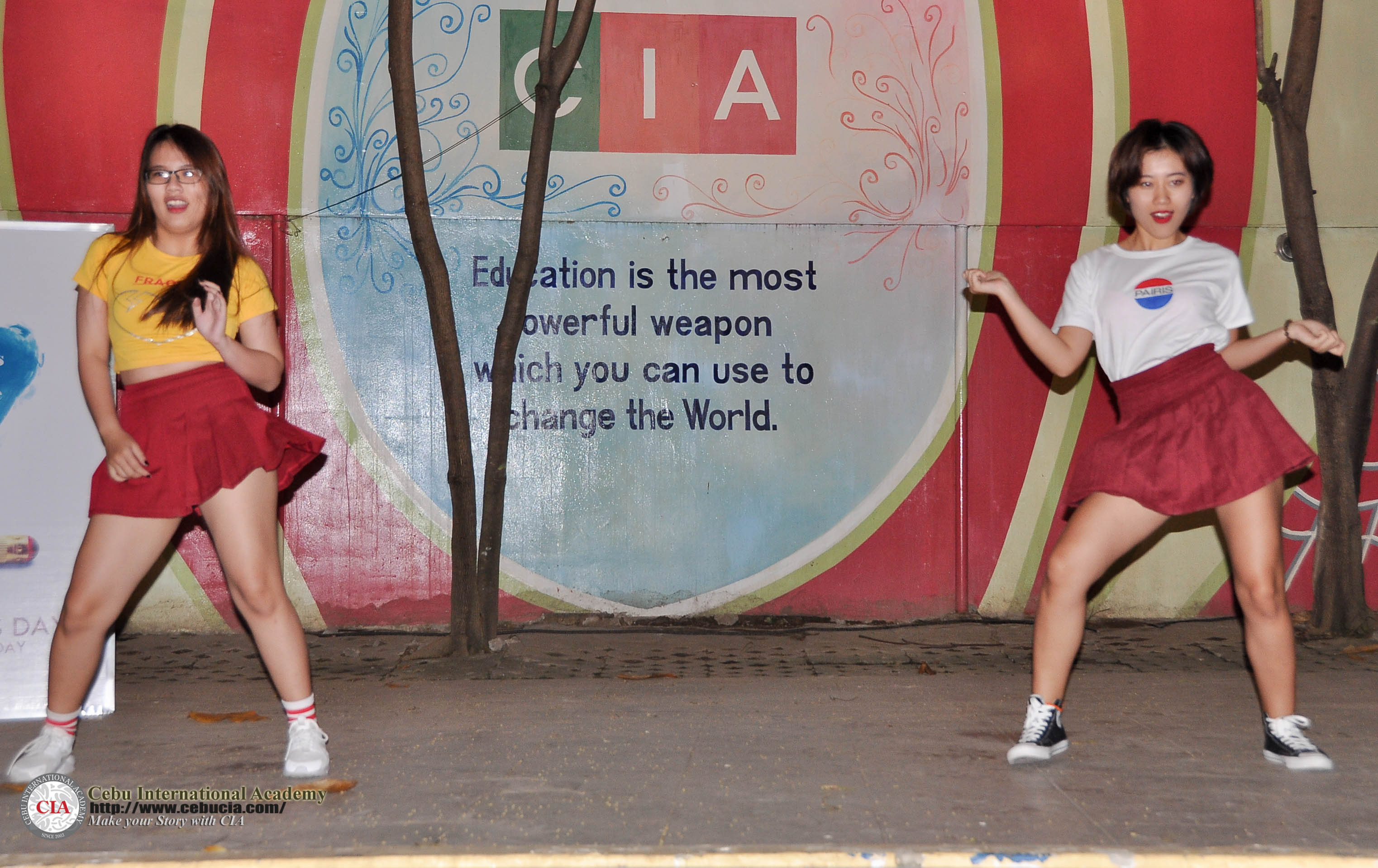 Đại diện từ Việt Nam Krystal Diệu Ngân và Cherry Nhật Hà tham gia tiết mục nhảy hiện đại