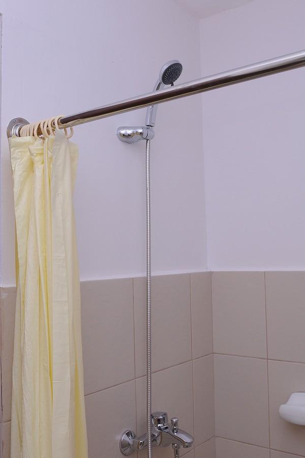 Nhà vệ sinh khép kín, nước nóng lạnh năng lượng mặt trời